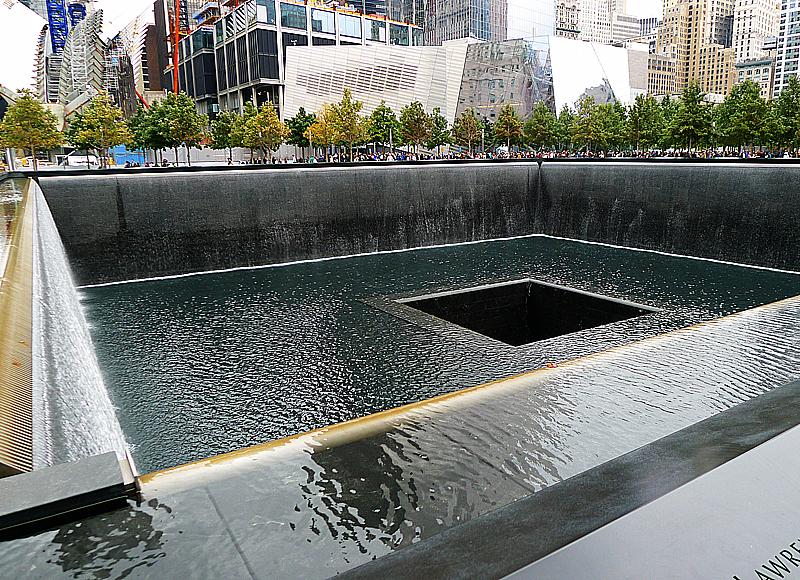 En av de två poolerna som markerar var tornen stod före 9/11.