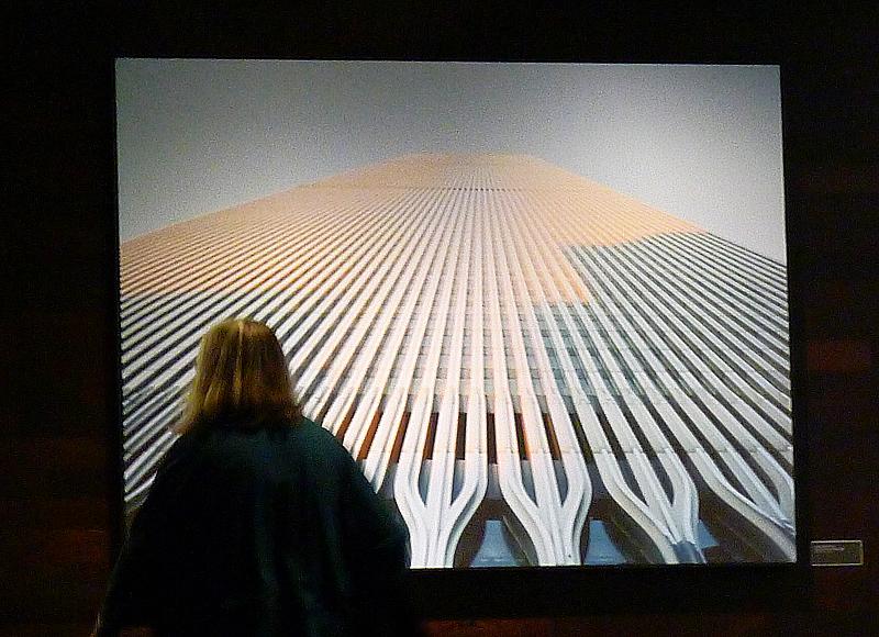 En kvinna betraktar ett foto av de båda tvillingtornen, WTC1 och WTC2.