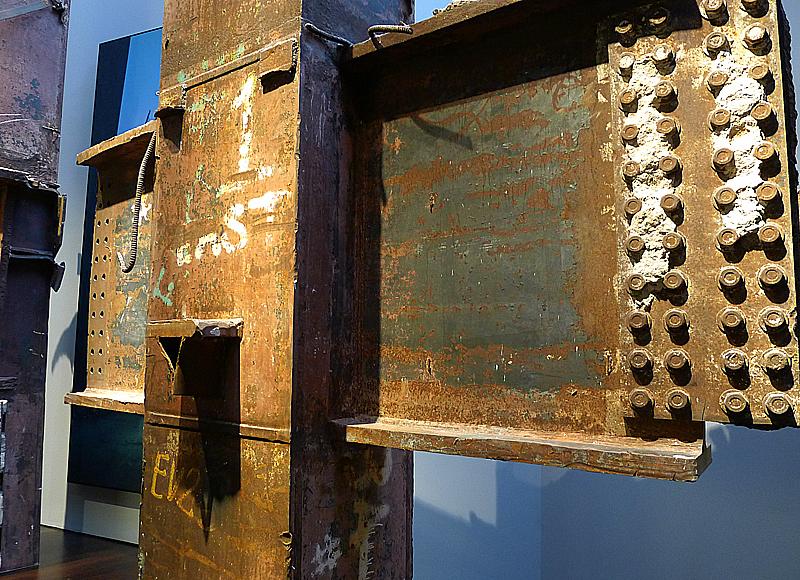 En av de rostiga stålbalkarna som höll upp tornen.
