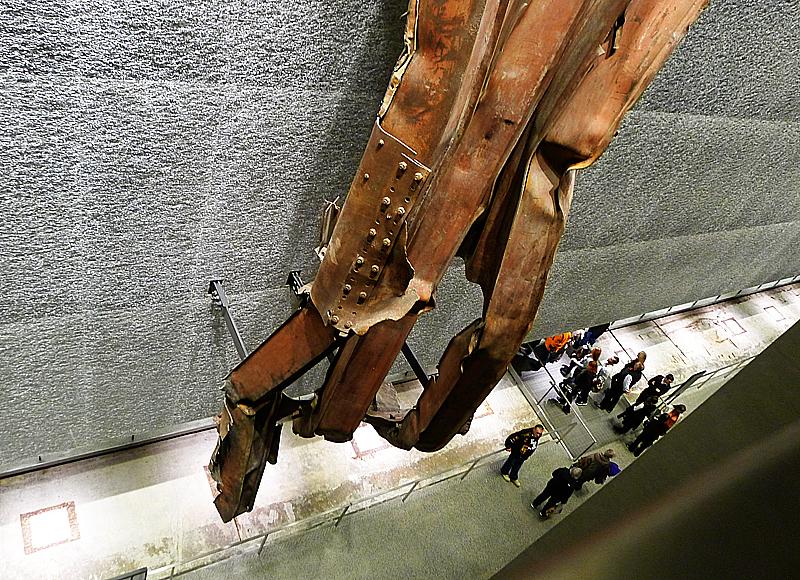 Rostiga balkar hänger på en vägg.