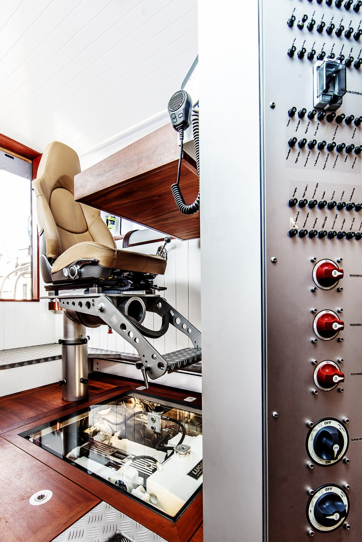 Kaptensstolen med vad som ser ut som en glasskiva ned mot maskinen.