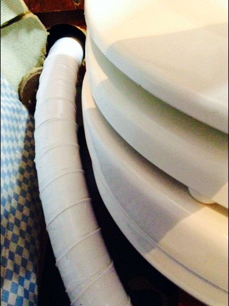 Slangen för sugtömningen kommer in mellan toastolen och skrovet på babordssidan.