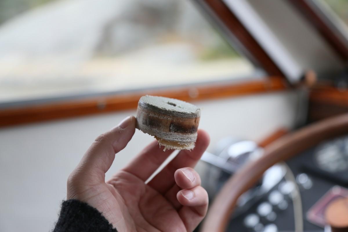 Den bortborrade däcksbiten ger en bra chans att även studera kvaliteten på träet under plastytan.