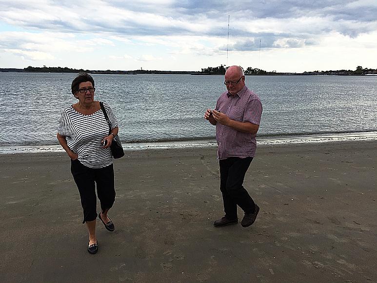 Vi kollar in vattentempen vid den konstgjorda stranden i Pelham Bay, strax norr om City Island. Klart badbart, men inget badväder.
