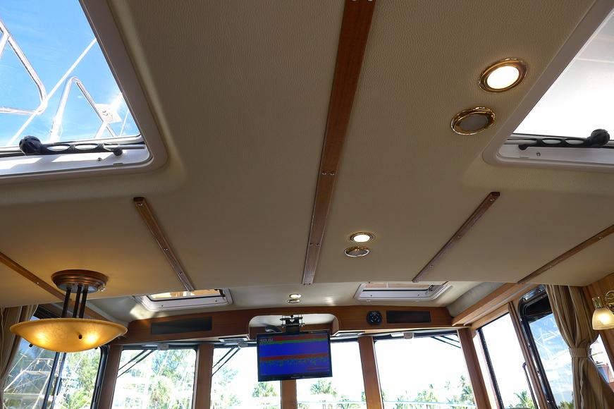 Infällda lysen och skylights i hytttaket,