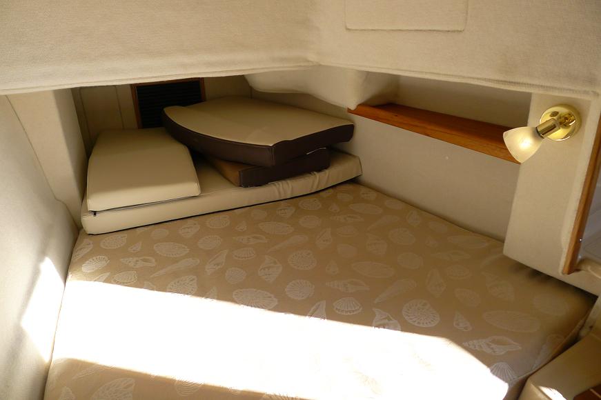 En liten kabin på babordssidan fungerar för två personer som känner varandra bra.