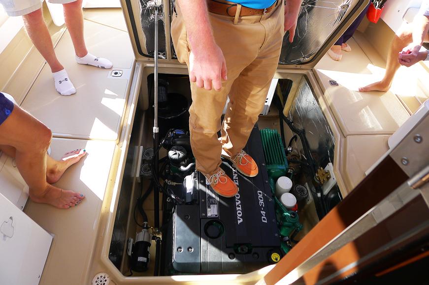En Volvo Penta D4 döljs under en lucka i akterdäck som öppnas och stängs med elkontakt.