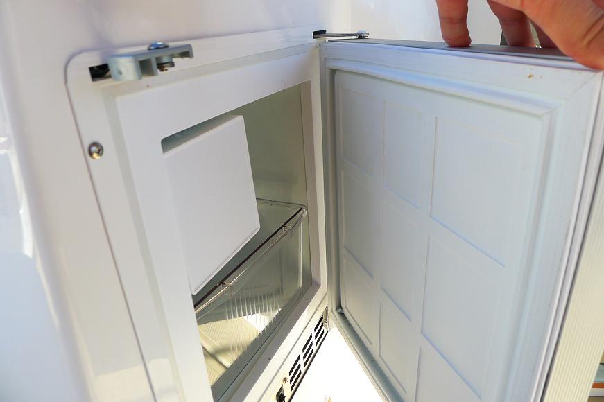 Litet extra kylskåp på akterdäck, under den lilla hon på styrbordssidan.