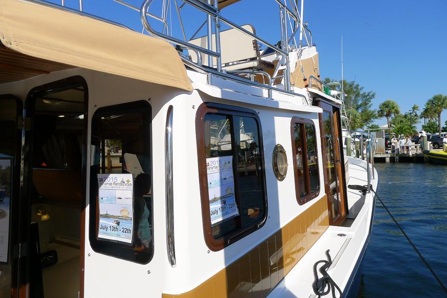 Styrbordssidan förut på Ranger Tugs 31.