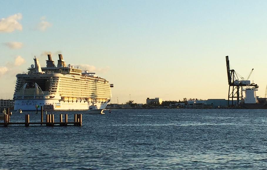 Världens största passagerarfartyg Allure of the Seas lägger ut från Fort Lauderdales kryssningshamn.