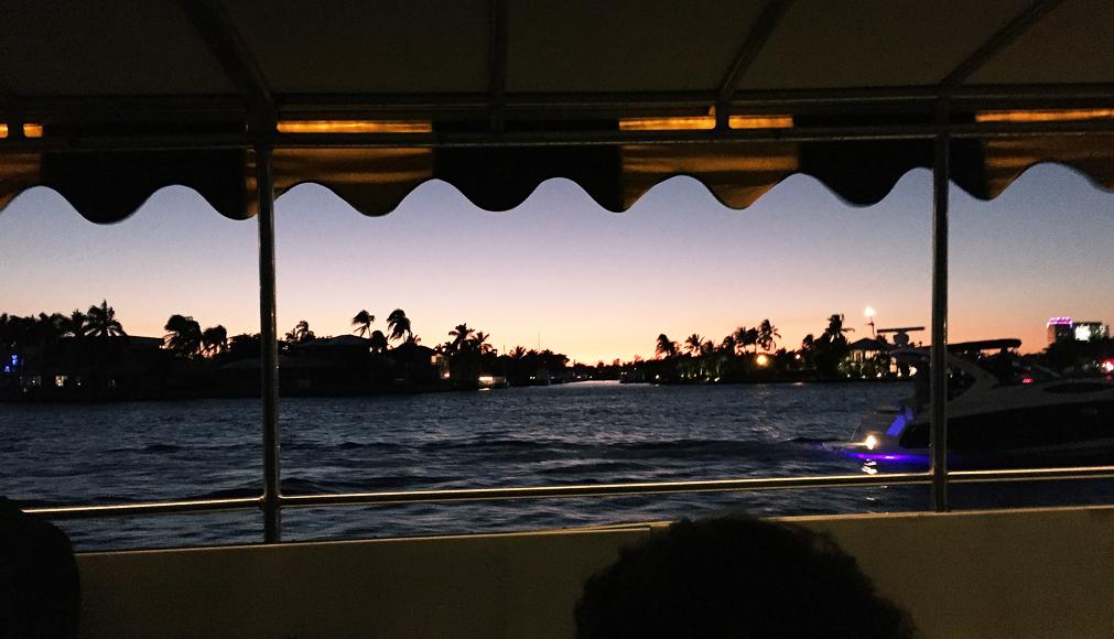 Kvällsvy över en av Fort Lauderdales kanaler från taxibåten på söndagskvällen.