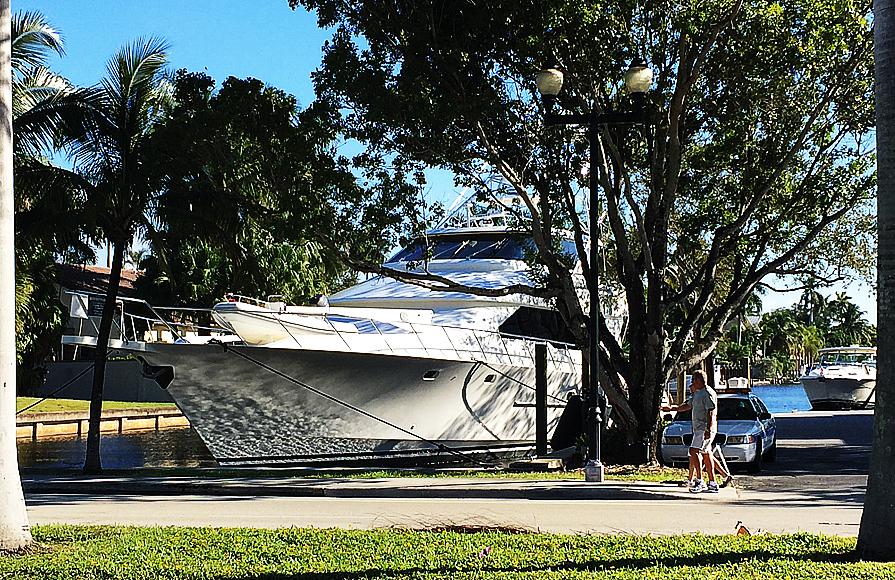 En stor fritidsbåt i en kanal bredvid Las Olas Boulevard.