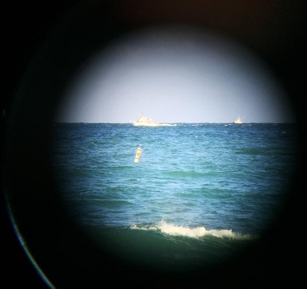 I kikaren ser jag fiskebåtar kämpa för att hitta fångst.