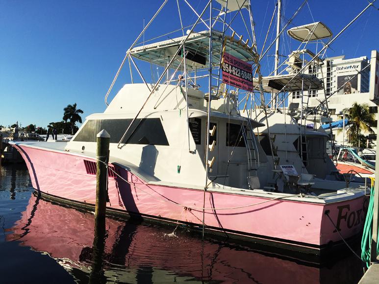Rader av sådana här fiskebåtar ligger och väntar på kunder bred vid Bahia Mar Hotel utmed Seabreeze Boulevard.