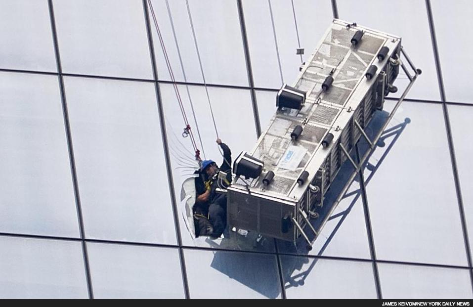 Här räddas fönsterputsarna efter att ha hängt i den havererade korgen i ca 1,5 timme.