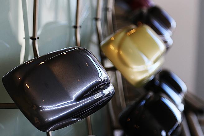 Saab-modeller från en svunnen tid hänger inne i bilhallen.