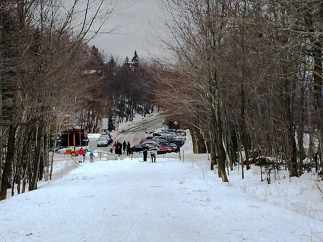 Här övergår väg 108 till vandringsled upp mot ett bergspass strax norr om Stowe, Vermont.