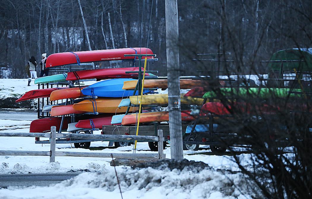 Kajaker ligger redo inför sommaren i Stowe, Vermont.