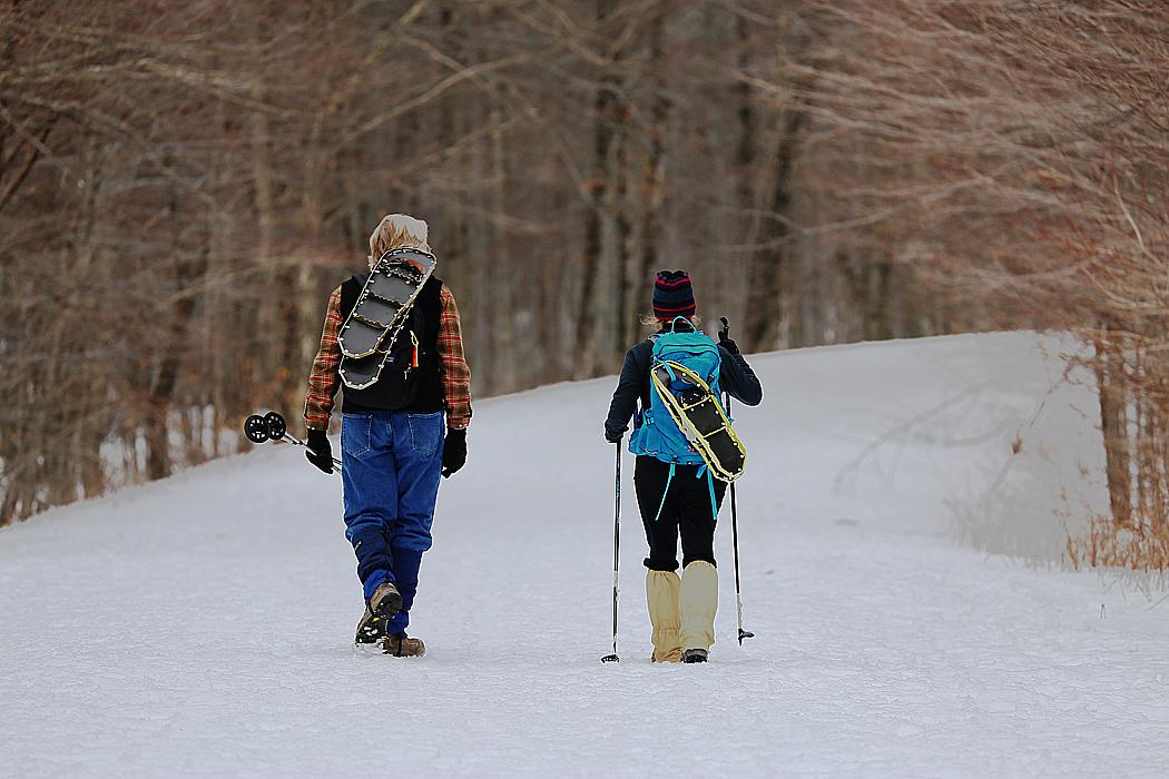 Vandrare på väg uppfär väg 108 strax norr om Stowe, som delvis stängs av vintertid.