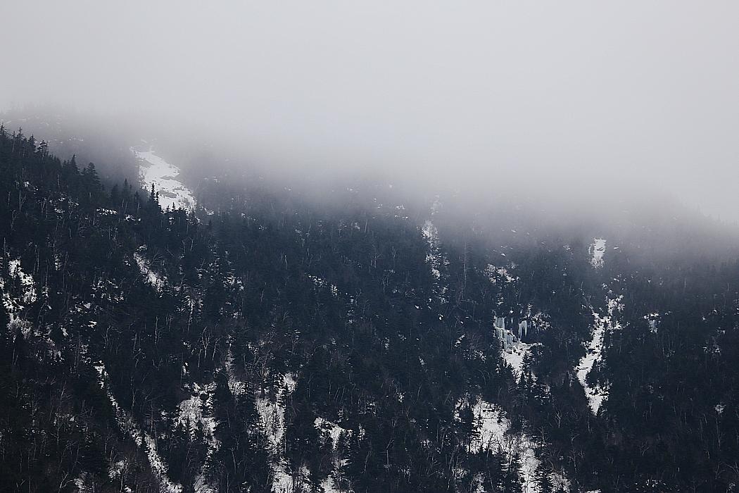 Bergen sticker upp näsan i molntäcket.