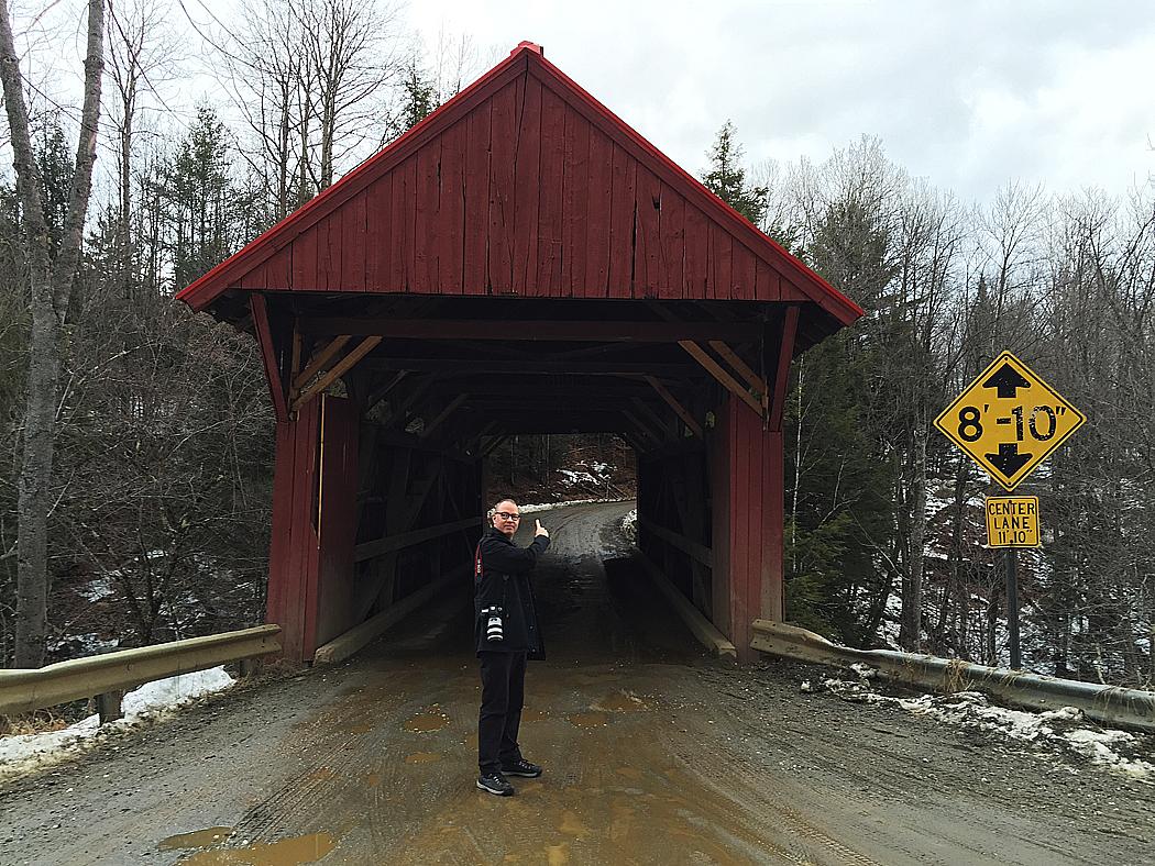 Minsann, är det inte Erik vid en överbyggd bro?