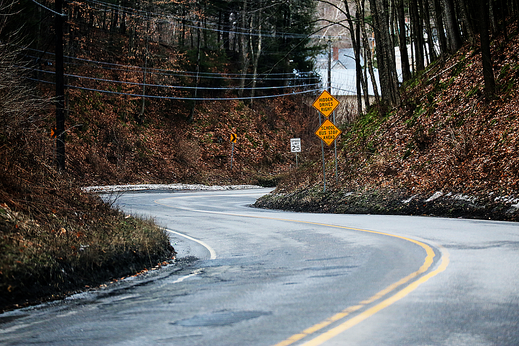 Relativt meningslös bild av en kurvig landsväg.