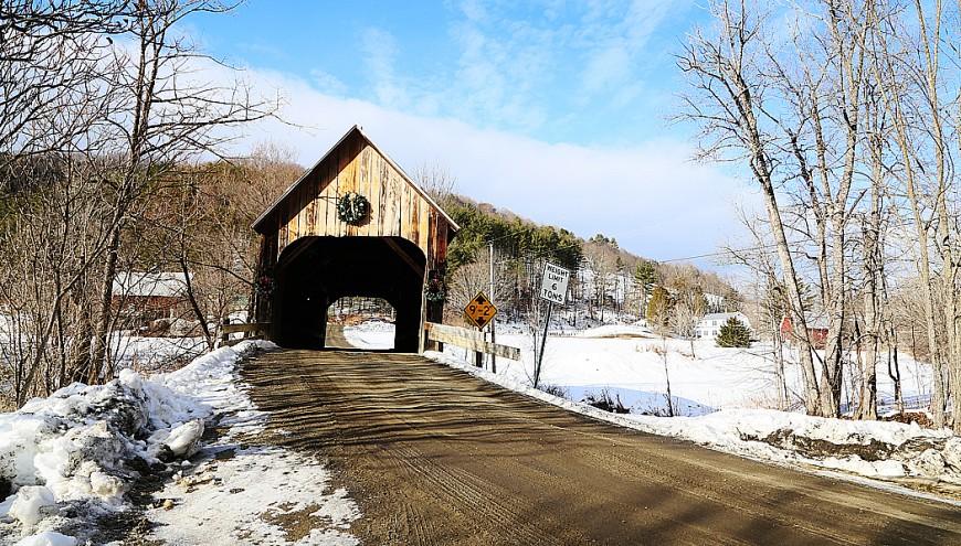 Ytterligare en övertäckt bro längs landsvägen.