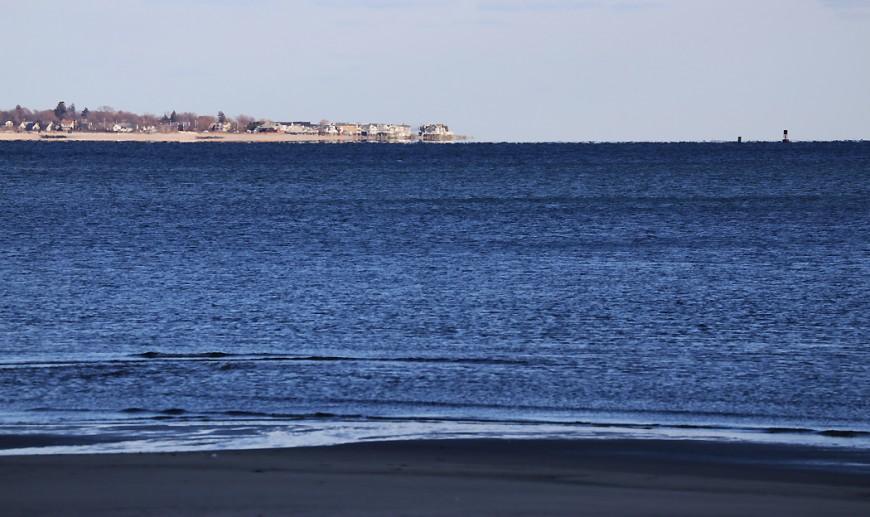 Stranden vid Bridgeport med vy söderut. Längt därborta syns nordöstra delen av Long Island, varifrån det går färja till Bridgeport.