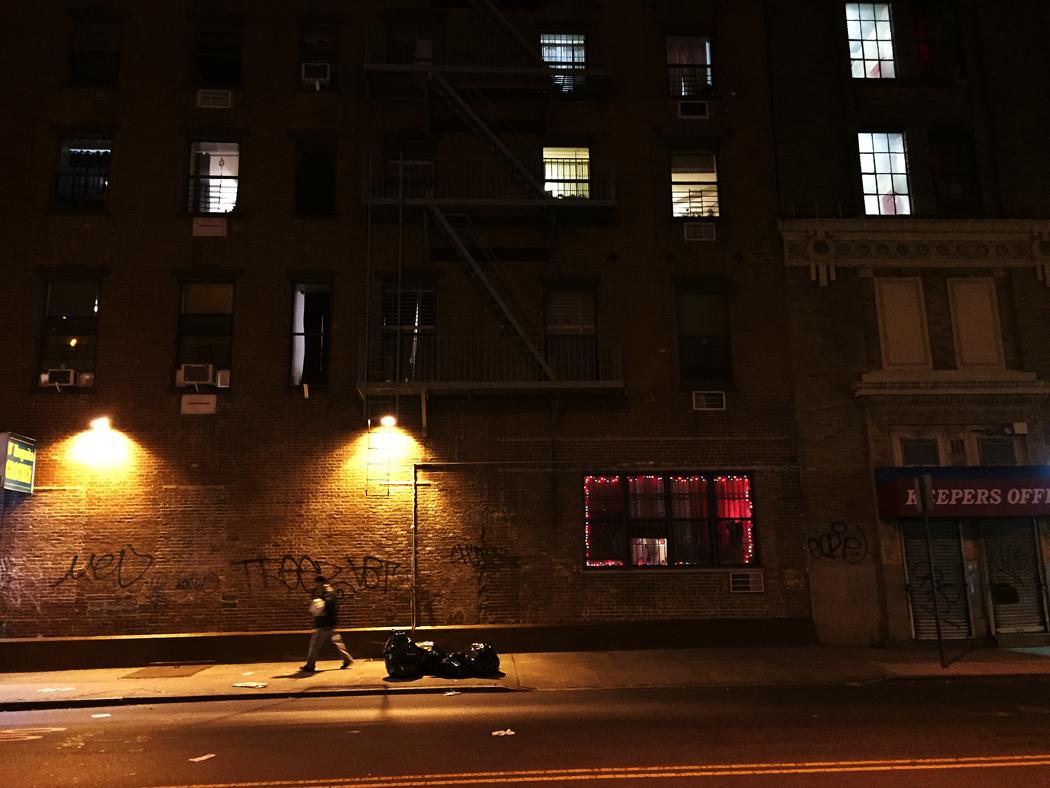 En man passerar förbi ett juldekorerat fönster.