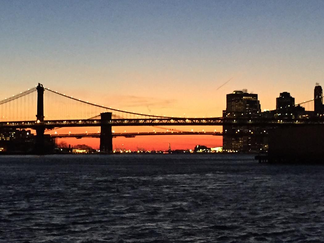 En molnfri himmel över East River den 1 januari 2015.