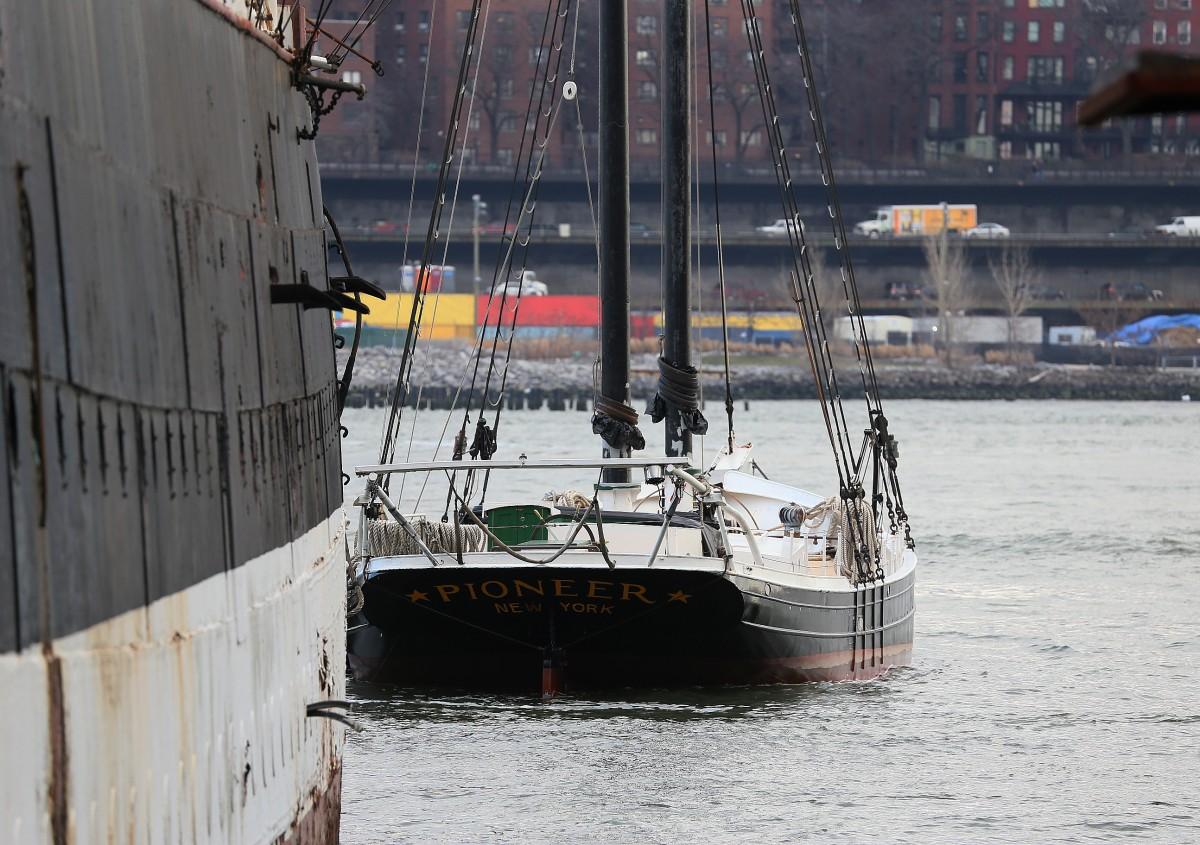 En gammal segelskuta ligger förtöjd vid museefartyget Peking vid Old Seaport, Manhattan.