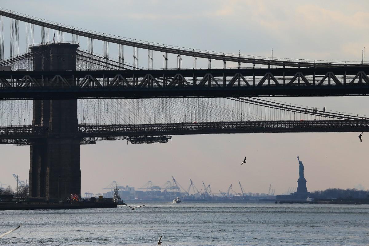 Manhattan och Brooklyn Bridge, med Frihetsstatyn i fjärran.