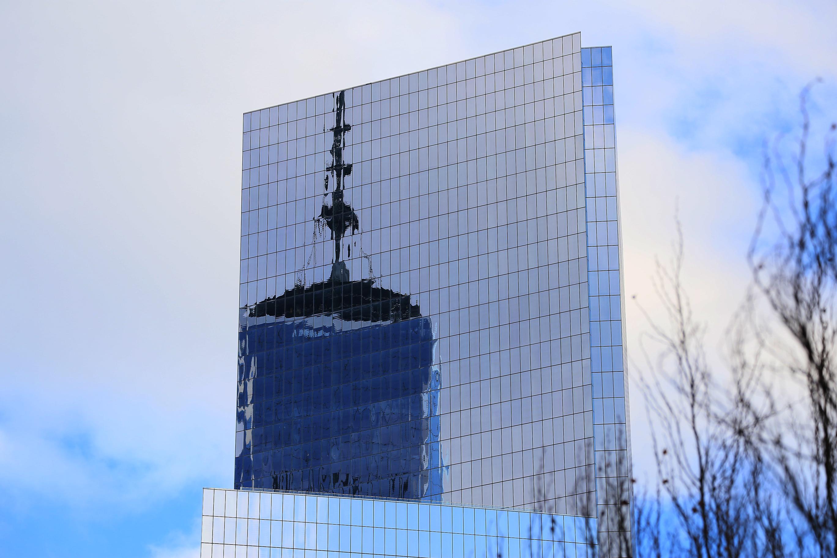 Den nybyggda TWC-skrapan speglar sig i en grannbyggnad.
