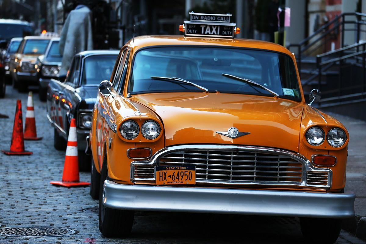 En gammal Checker-taxi på Washington Street.