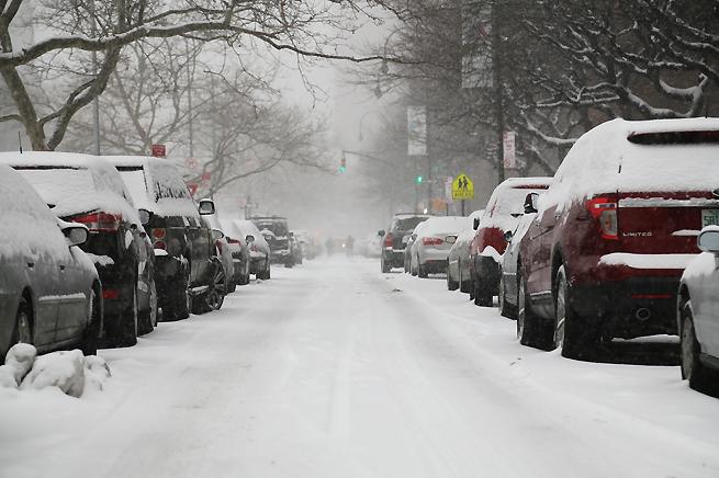 Snön började falla på mndagsmorgonen över New York.