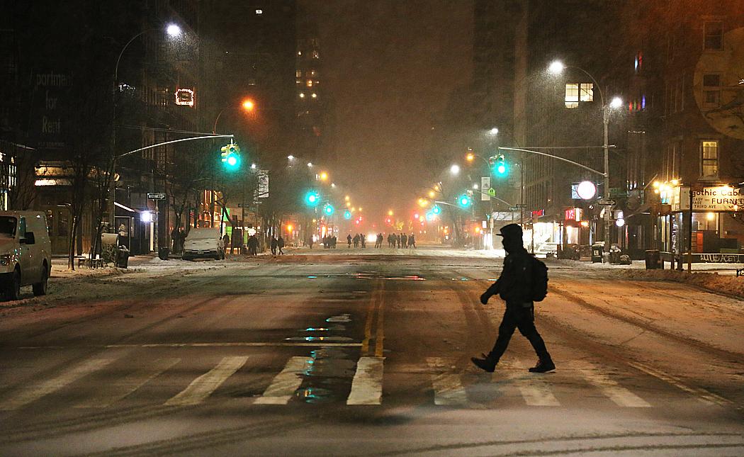 Tredje avenyn har tagits över av fotgängare sedan bilförbud utlysts vid 23-tiden på måndagskvällen.