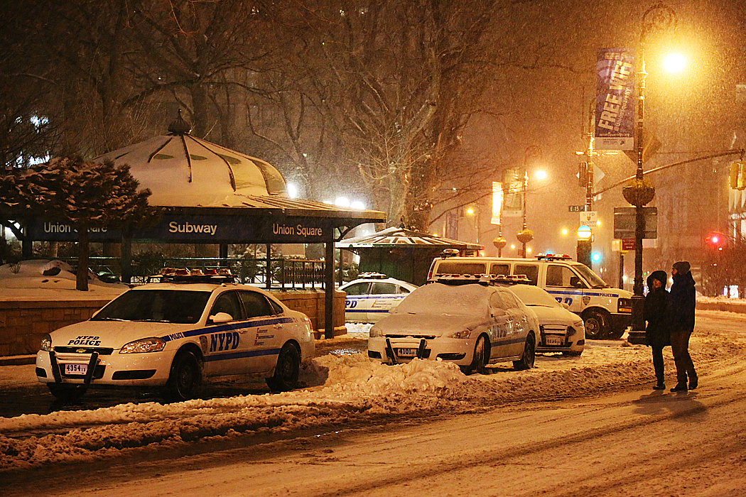 NYPD:s radiobilar på väg att bli översnöade vid Union Square.