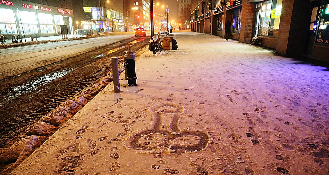 En lustigkurre har ritat en penis i snön längs 14:e gatan.