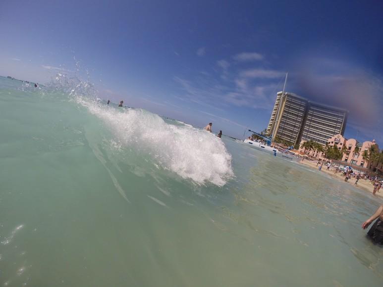 En våg slår in mot stranden.