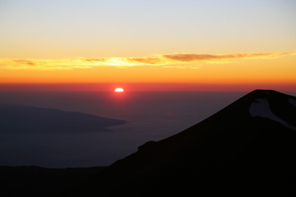 Solen går ned med utsikt från Mauna Kea.