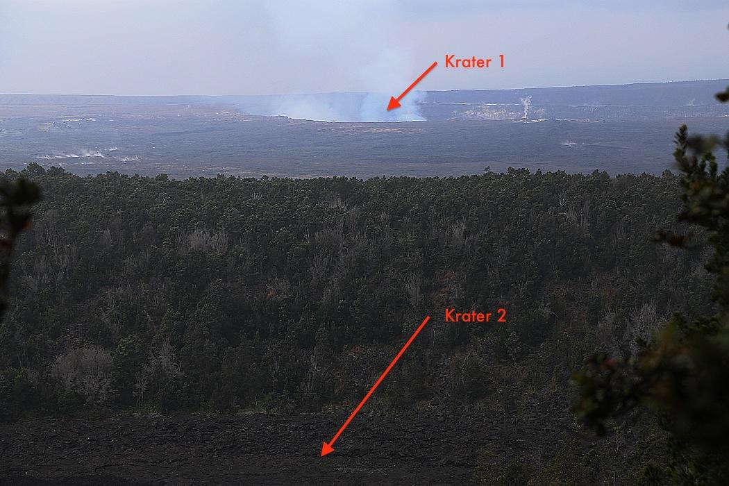 Kilauea Iki-kratern, närmast kameran, och grannkratern som ännu är i högsta grad aktiv.