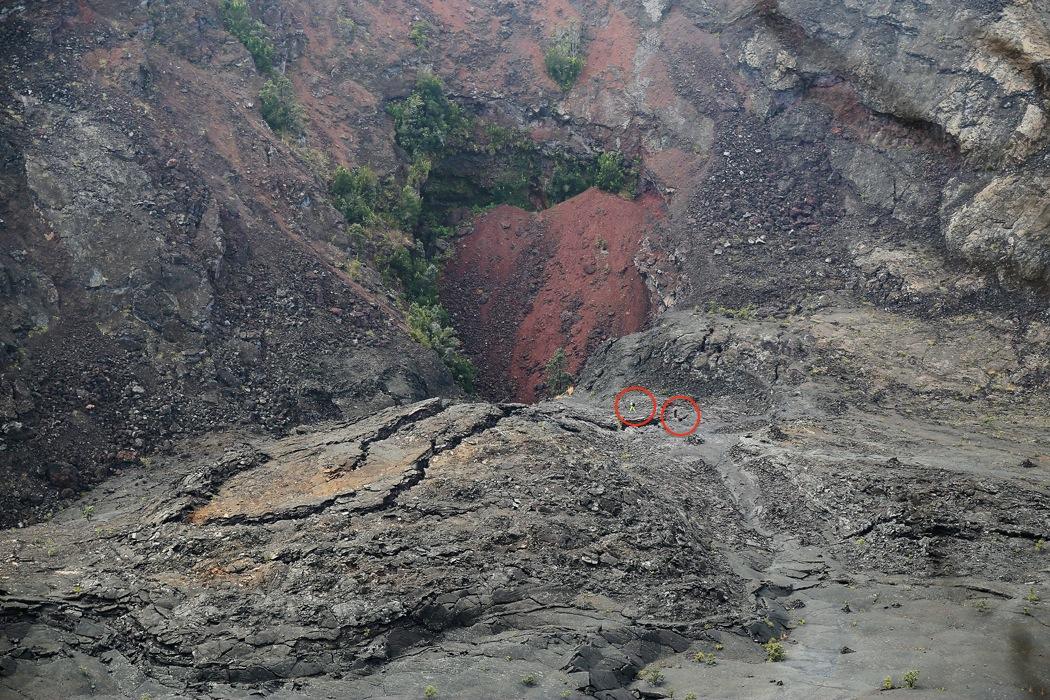 Hålet mitt i bilden, delvis fyllt med rödaktiga stenar, utgjorde utloppet av lava under utbrottet. Härifrån sprutade tusen grader varm lava 400 meter snett uppåt. Notera människorna nere på botten (inringade).