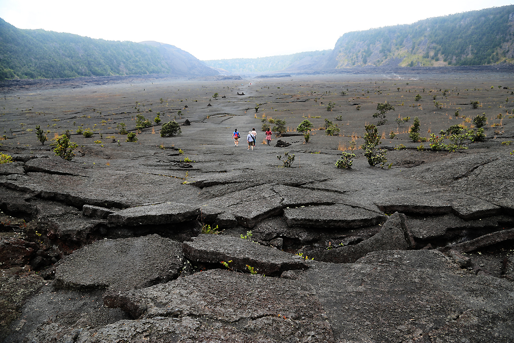 """Ett salongsgolv av stelnad lava på Kilauea Iki-kraterns botten, på Hawaii-ön """"Big Island"""". Kratern hade senast utbrott 1959."""