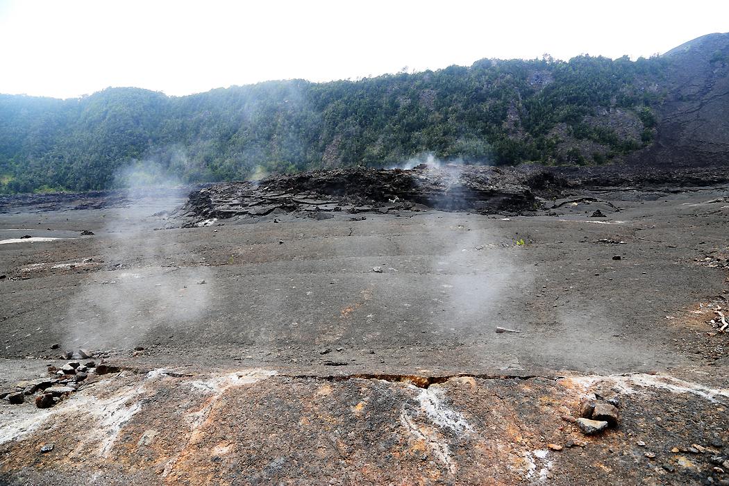 Ännu 56 år efter senaste utbruttet pyser ånga upp från underjorden.