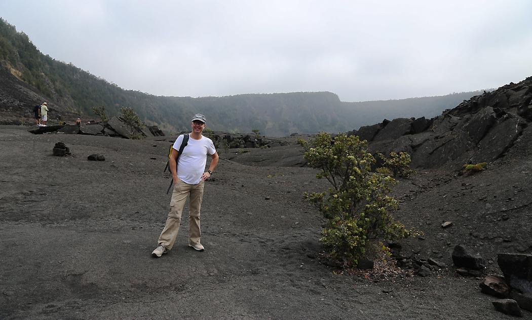 Erik på Kilauea Iki-kraterns botten.