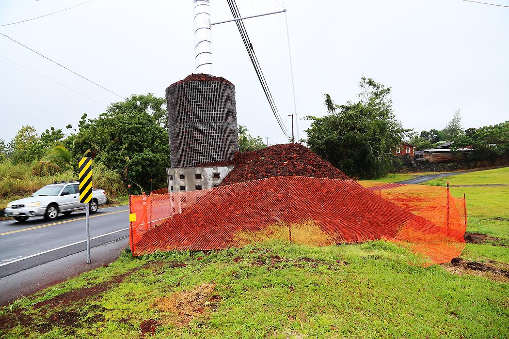 El- och telefonistolpar har förstärkts mot lavan med grus och betong.