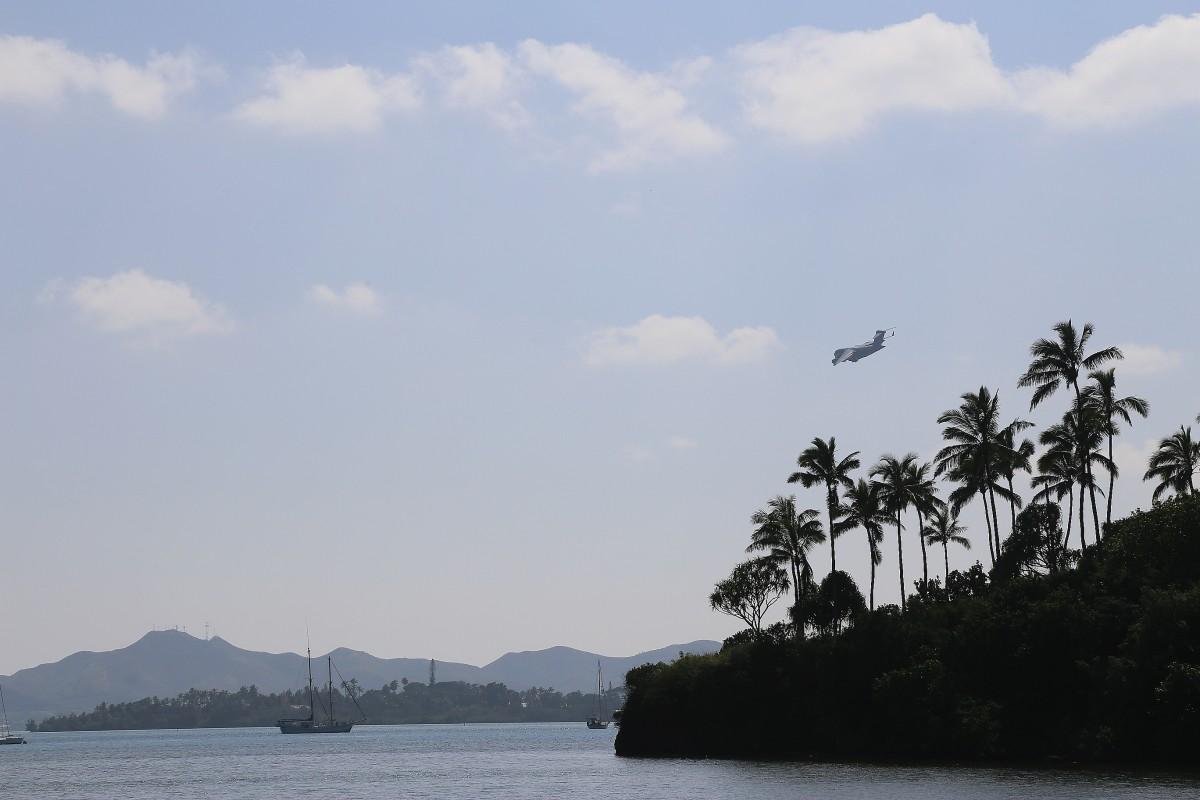 Vad som liknar ett C130 militärtransportplan går in för landning vid en militär bas på Oahus östsida.