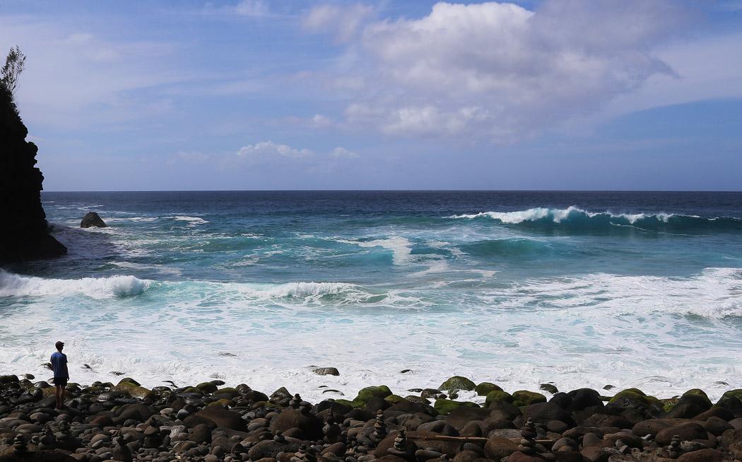 En stenig strand som inte lämpar sig för bad.