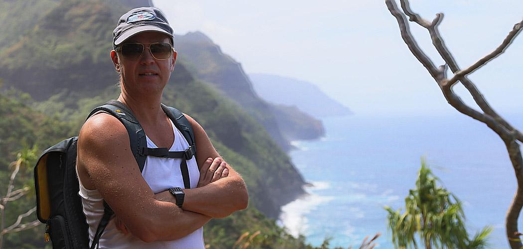 Erik på promenad längs Napali-kusten.