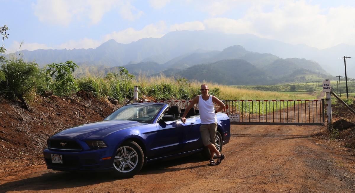 Jag vid hyr-Mustangen vid en avspärrad väg upp på en bergstopp.